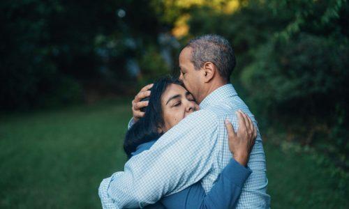 koppel knuffelt elkaar